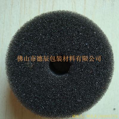 过滤海绵也称网状海绵,爆破海绵。聚氨酯过滤海绵由普通开孔软泡高温爆破开孔加工而成,爆破除掉了泡沫网络之间原有的气泡膜,得到了主体骨架网状结构。 过滤海绵的空隙率高达97%,具有优异的透气性、良好的柔软性和较高的机械强度。