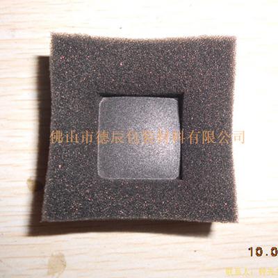 利用加热铝制模具对海绵进行塑形。